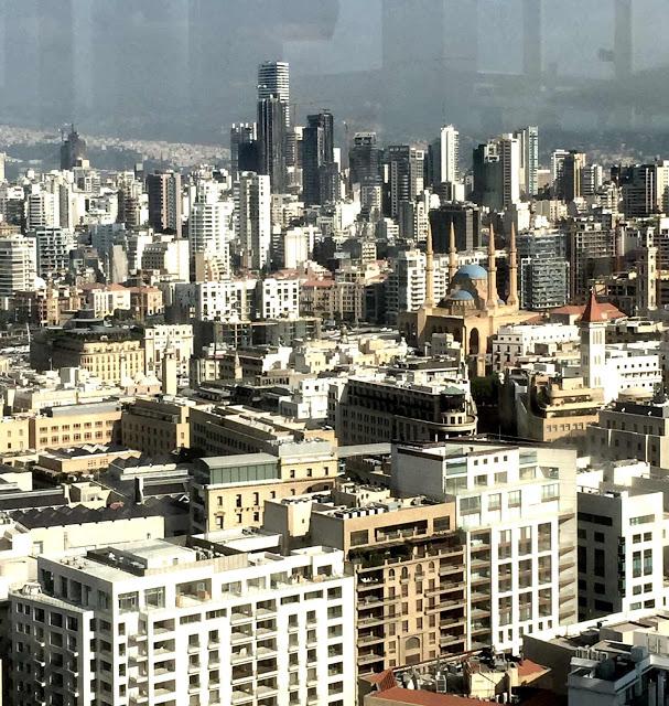 Beirut, Libanon, Blick von der Dachterrasse das Hotels auf die Moschee